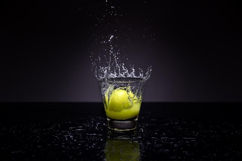 Teplá alebo vlažná čistá voda s citrónom vás zaručene postaví na nohy.
