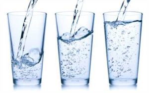 Voda - pitie 500 ml vody pred troma hlavnými jedlami Vám pomôže schudnúť.