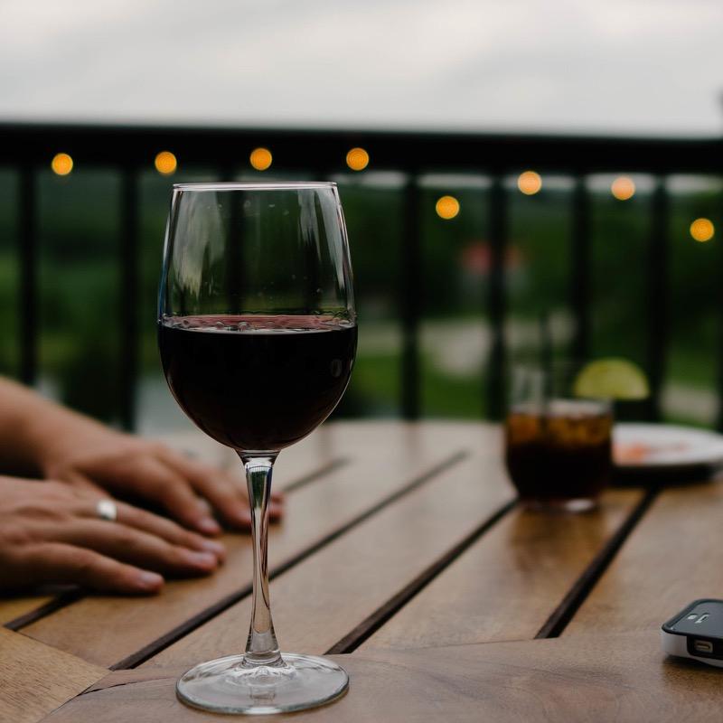 Víno je pri chudnutí menšie zlo.