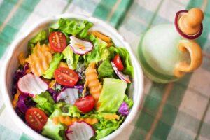 Ľahký zeleninový šalát počas letných horúčav uvíta asi takmer každý z nás.