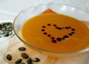 Polievka z hokkaido tekvice s pár kvapkami tekvicového oleja je vhodná pre nás všetkých, nielen pre vegetariánov, či vegánov.