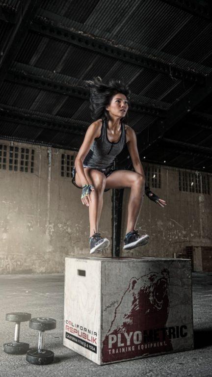 CrossFit tvoria rôzne druhy pohybov ako výskoky, drepy, cviky s činkami
