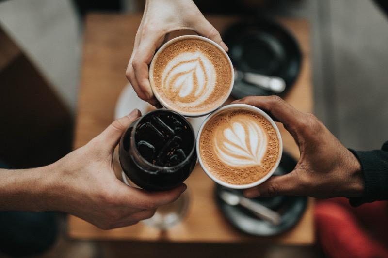 Stretnutia pri káve sú bežnou súčasťou spoločenského života