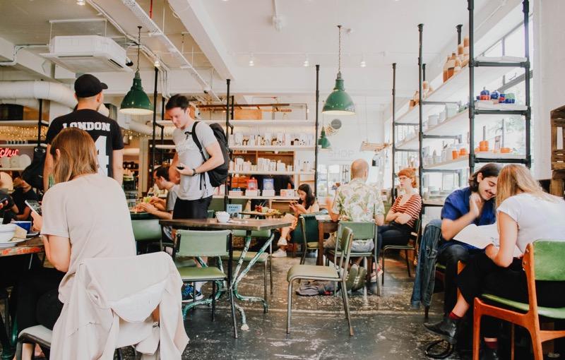 Dať si šálku kávy s priateľmi je bežná súčasť spoločenského života