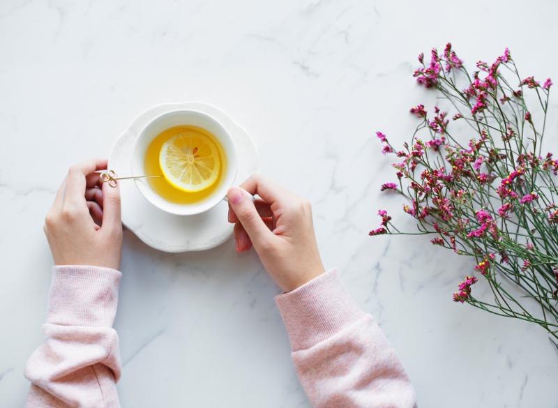 Pri pálení záhy sa oplatí občas vymeniť kávu z čaj