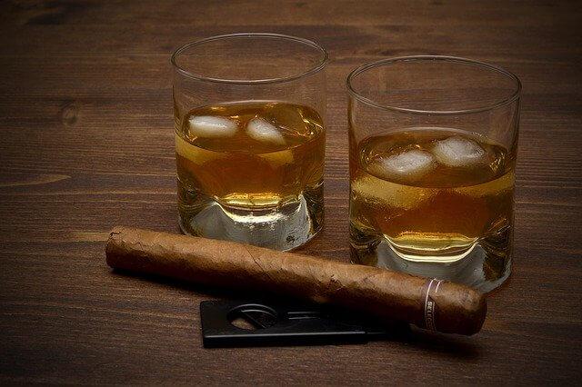 whiskey v pohári
