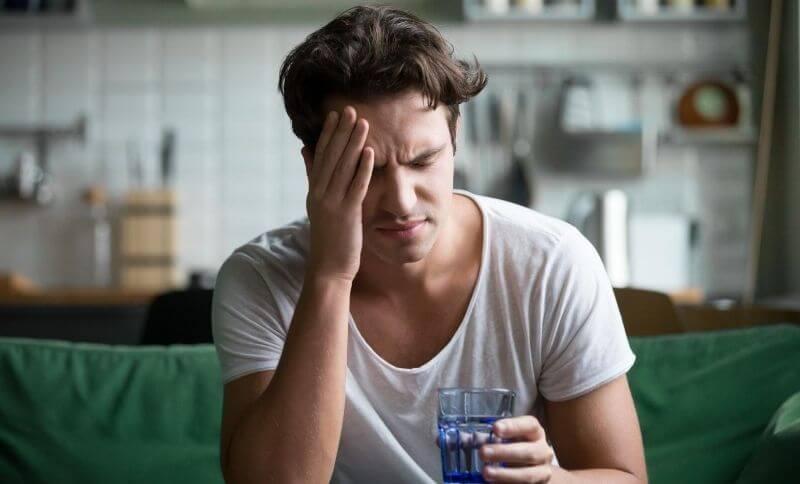 Jedným z vedľajších účinkov low carb diéty je bolesť hlavy a únava.