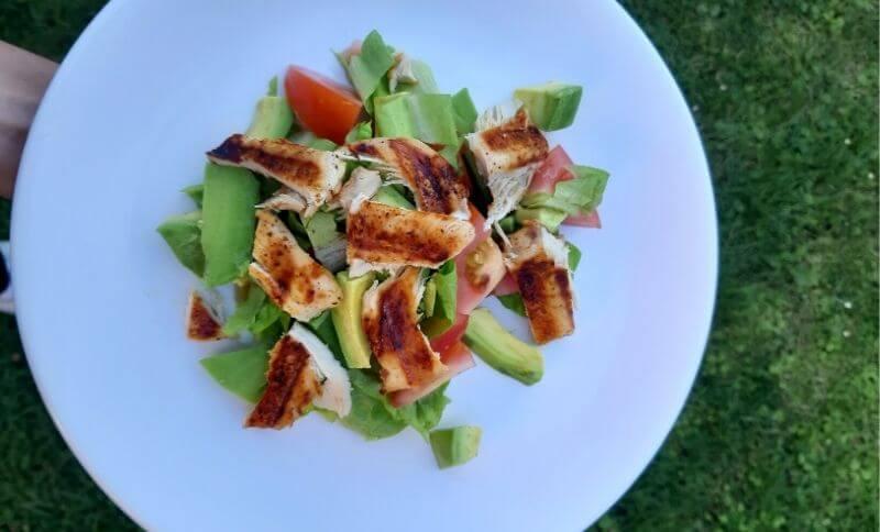 Low carb zeleninový šalát s avokádom a kuracím mäsom