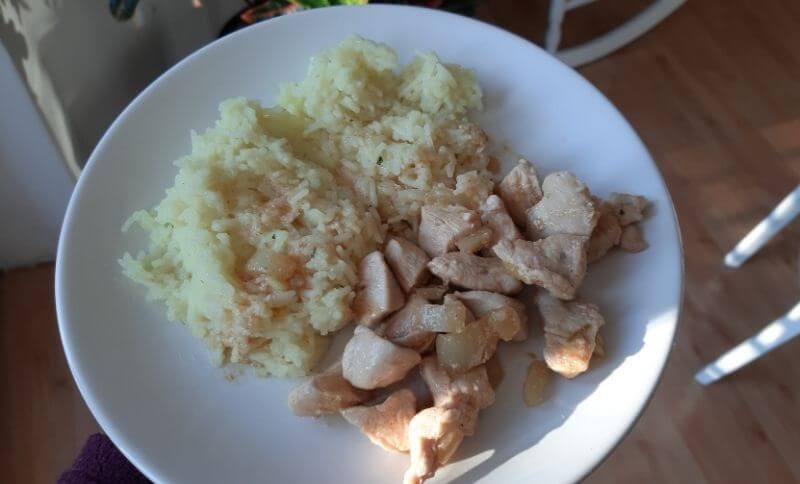 Kung Pao s kuracím mäsom a konjakovou ryžou.