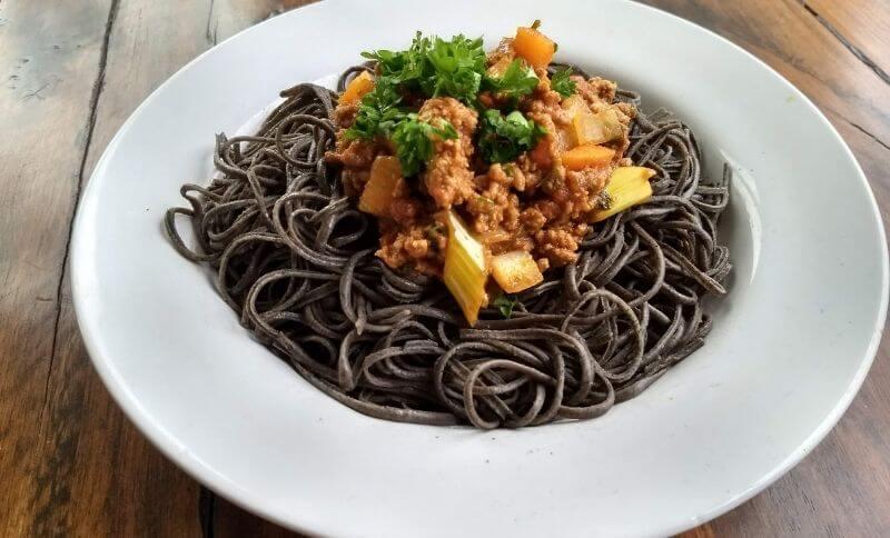 Proteínové špagety vyrobené z čiernej fazule