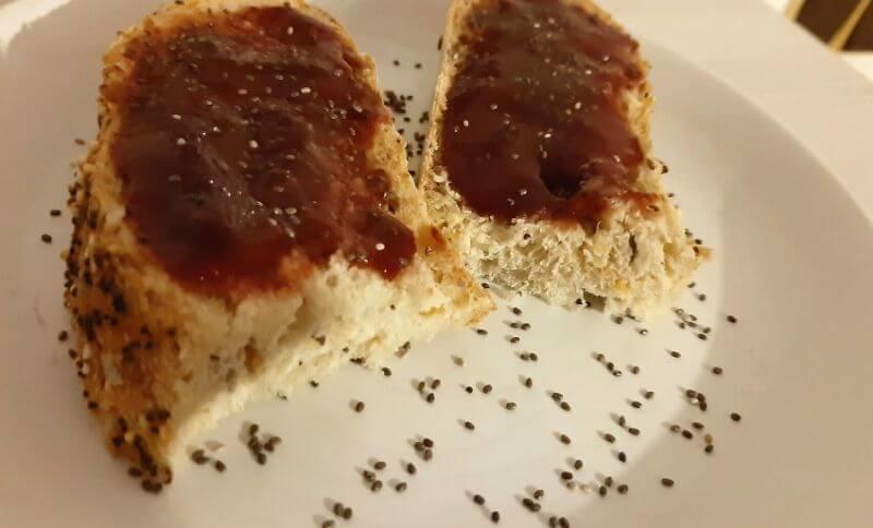 Jahodový chia džem s celozrnným chlebom