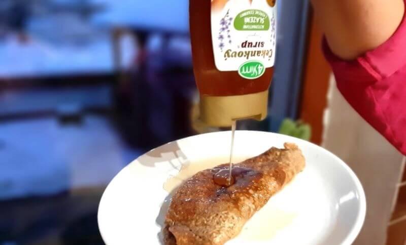 Chutná omeleta s kokosom, škoricou a sirupom z čakanky