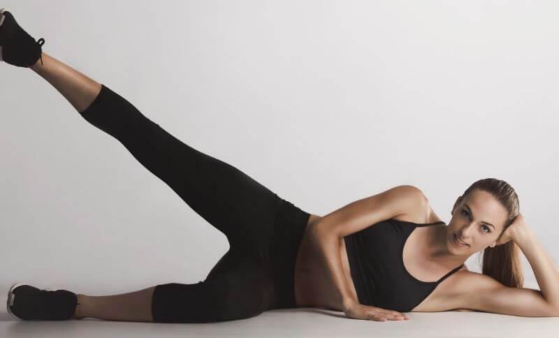 Zdvíhanie nohy v ľahu na boku je jedným z cvikom zameraných na posilňovanie bokov