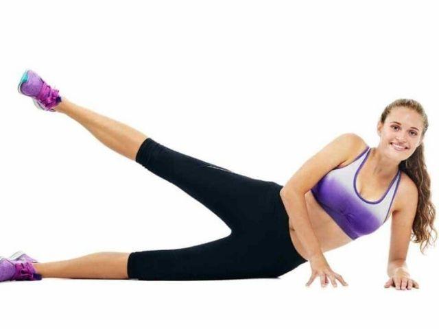 Zdvíhanie nôh v ľahu na boku ako jeden zo spôsobov ako schudnúť zo stehien