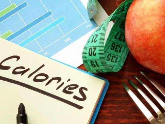 Ak rozmýšľate, ako schudnúť zo stehien, odporúča sa začať počítaním kalórií a úpravou jedálnička