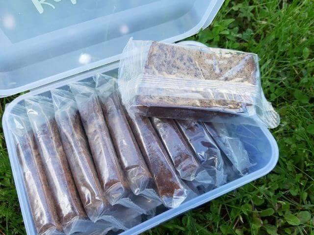KetoMix chleba je balený v praktickej dóze, pričom každá porcia je zabalená v osobitnom vrecku