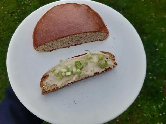 Low carb chlieb z proteínovej zmesi KetoMix chutí výborne v kombinácii s low carb cesnakovou nátierkou KetoMix