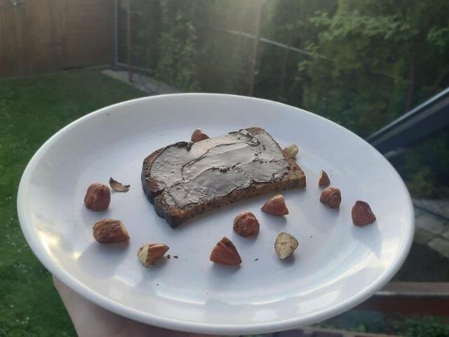 Cereálny chlieb KetoMix má jemne horkastú chuť, vzhľadom na to je ho vhodné doplniť napríklad lieskovo orieškovou nátierkou KetoMix