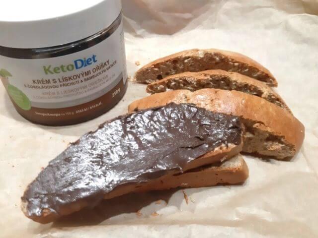 Proteínový chlieb výborne chutí spolu s low carb čokoládovou nátierkou KetoDiet