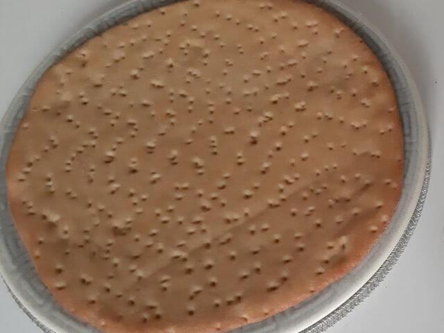 Upečený korpus na keto pizzu, ktorý stačí len doplniť omáčkou spolu s ďalšími ingredienciami a dať zapiecť