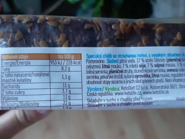 Na zadne strane balenia proteinového chleba KetoLife je detailný výpis jednotlivých zložiek