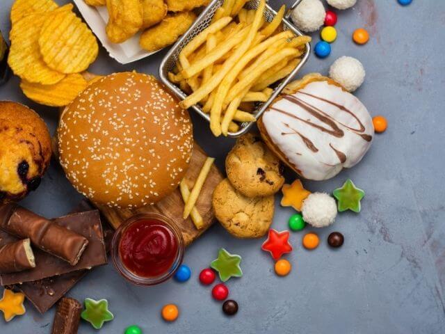 Pri nízkosacharidovej diéte sa snažte vyhýbať hlavne sladkostiam, sladeným nápojom, koláčom a pod.