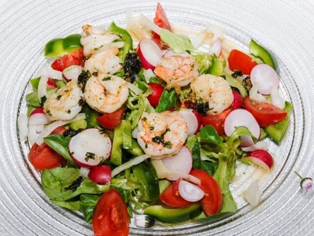 Zeleninový šalát s krevetami