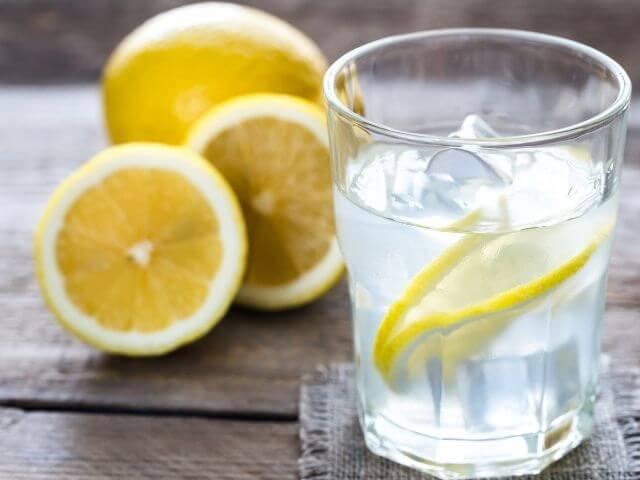 Z nápojov nízkosacharidová diéta dovoľuje najmä čistú vodu s citrónom, zelený, čierny čaj a čiernu kávu