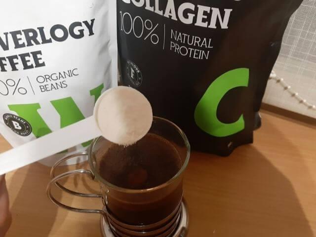 Do kávy sa odporúča pridať jednu odmerku kolagénu