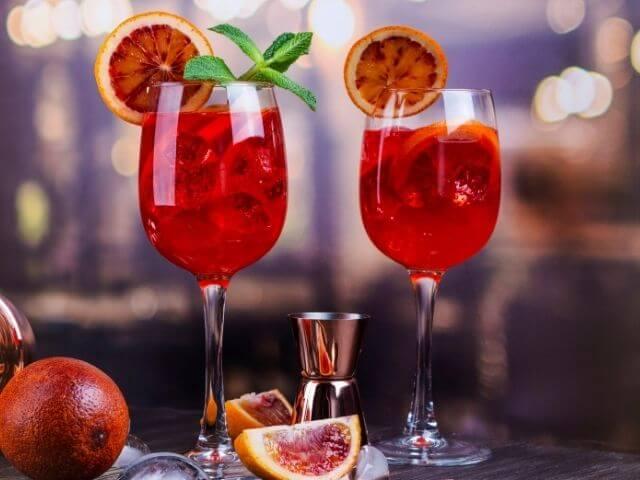 Miešaný alkoholický nápoj Aperol s grapefruitom
