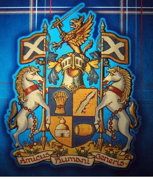 Logo Ballantine's whiskey zobrazuje škótsku vlajku, zem , oheň, vodu a vzduch